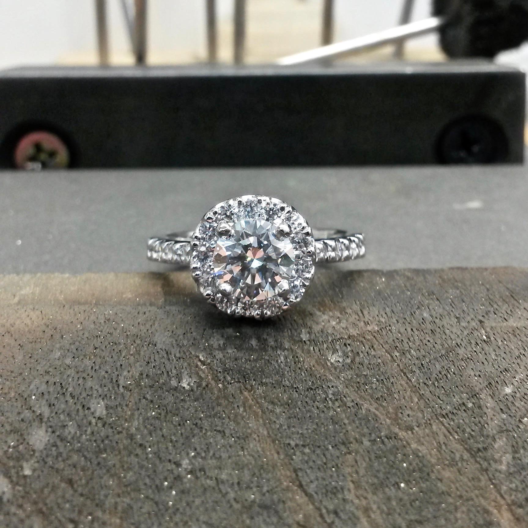 Round brilliant cut diamond halo